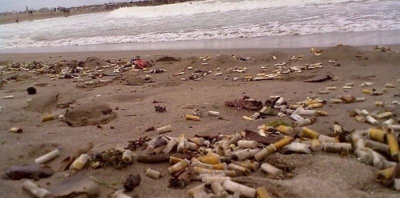 colillas en la playa, no son biodegradables, contaminantes, ceniceros portatiles